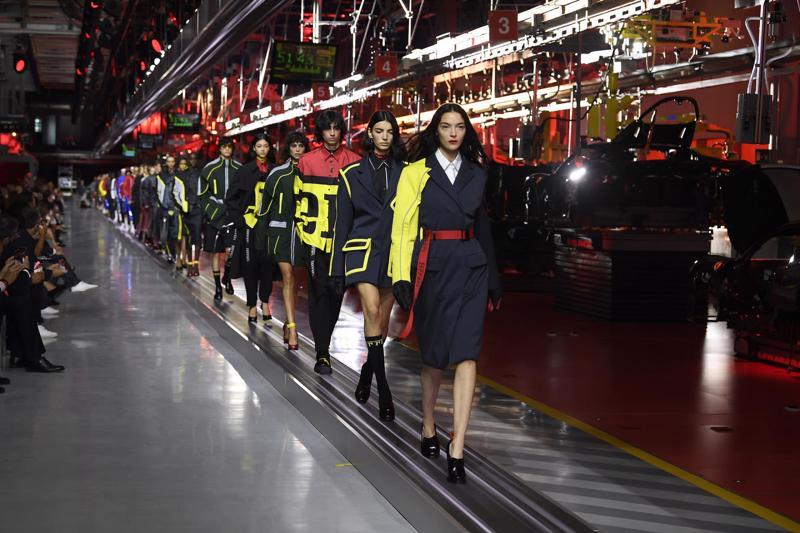 Ferrari bán hàng thời trang
