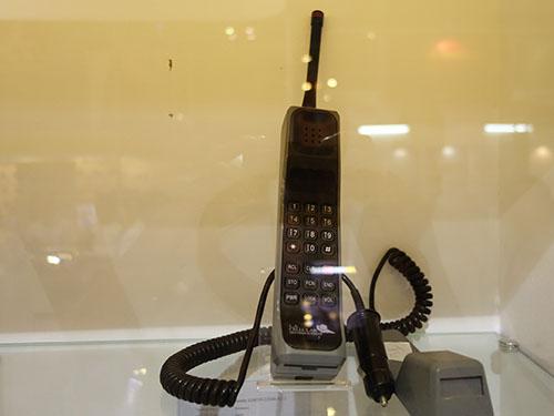 Những mẫu điện thoại độc đáo được trưng bày tại gian hàng của VNPT
